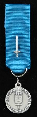Försvarsmaktens belöningsmedalj för internationella insatser i silver belagd med svärd