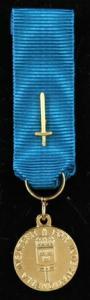 Försvarsmaktens belöningsmedalj för internationella insatser i guld belagd med svärd